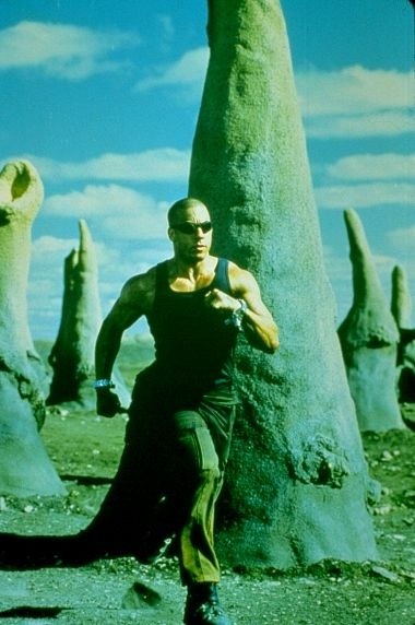 Riddick runs across the desert planets surface